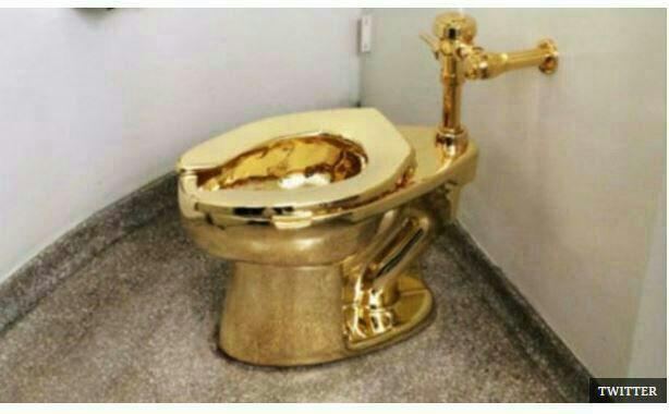 توالت طلا در موزه گوگنهایم در نیویورک