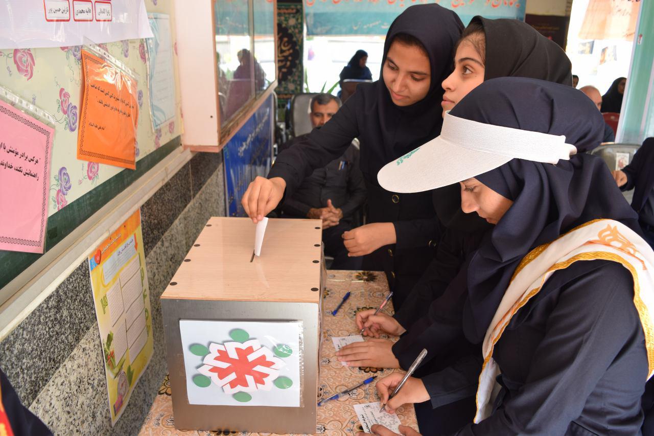 همزمان با سرار کشور : نوزدهمین انتخابات شورای دانش آموزی در مدارس بندرلنگه آغاز شد.