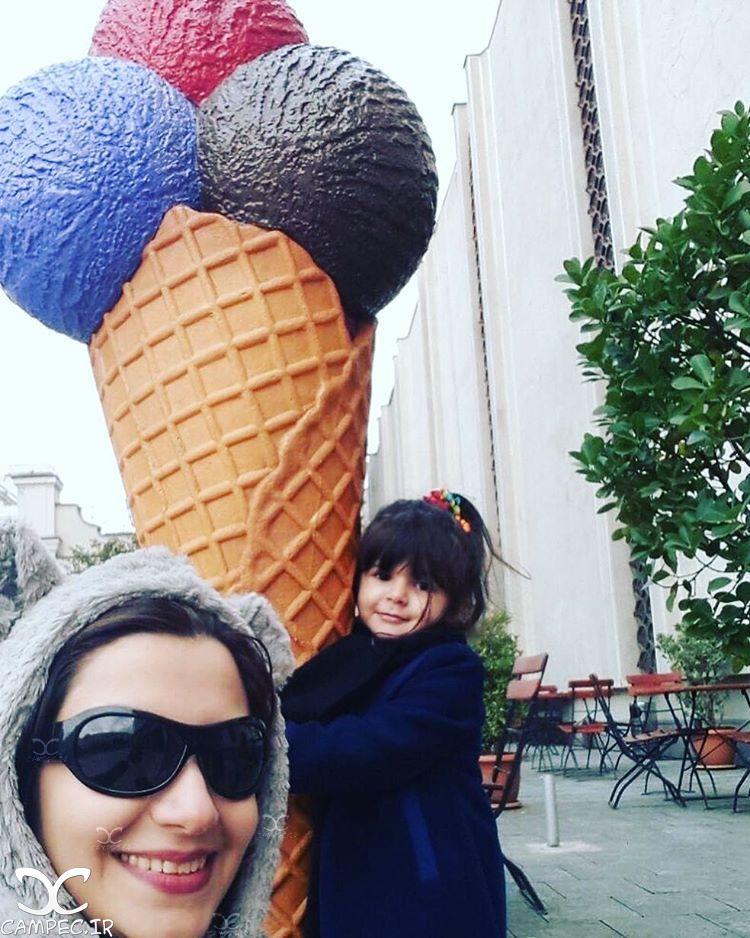ملیکا زارعی با دخترش مانلی در خارج از کشور