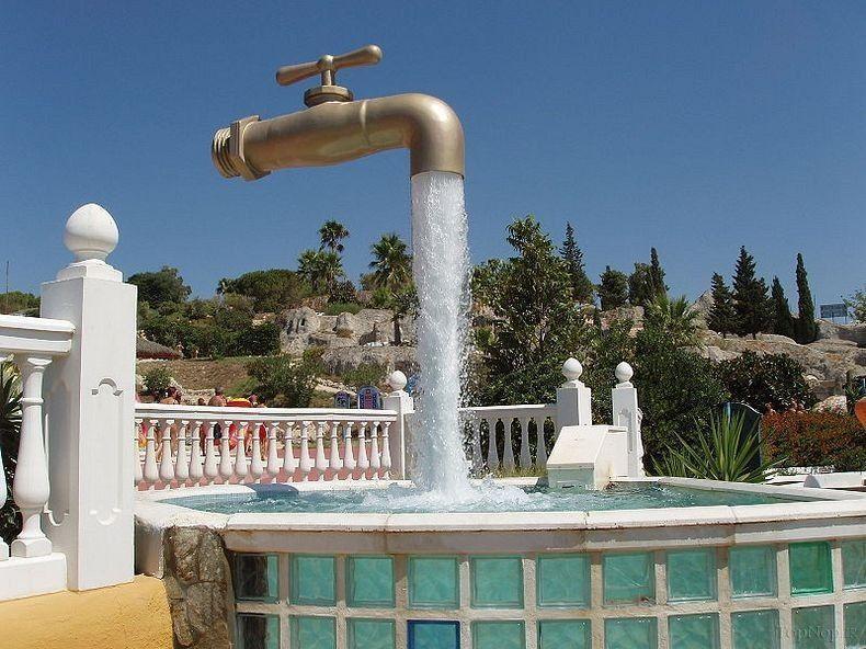 مجسمه شیر های آبی شناور