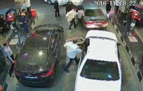 دانلود فیلم جنجالی برخورد نامناسب پلیس با یک راننده در پمپ بنزین+عکس