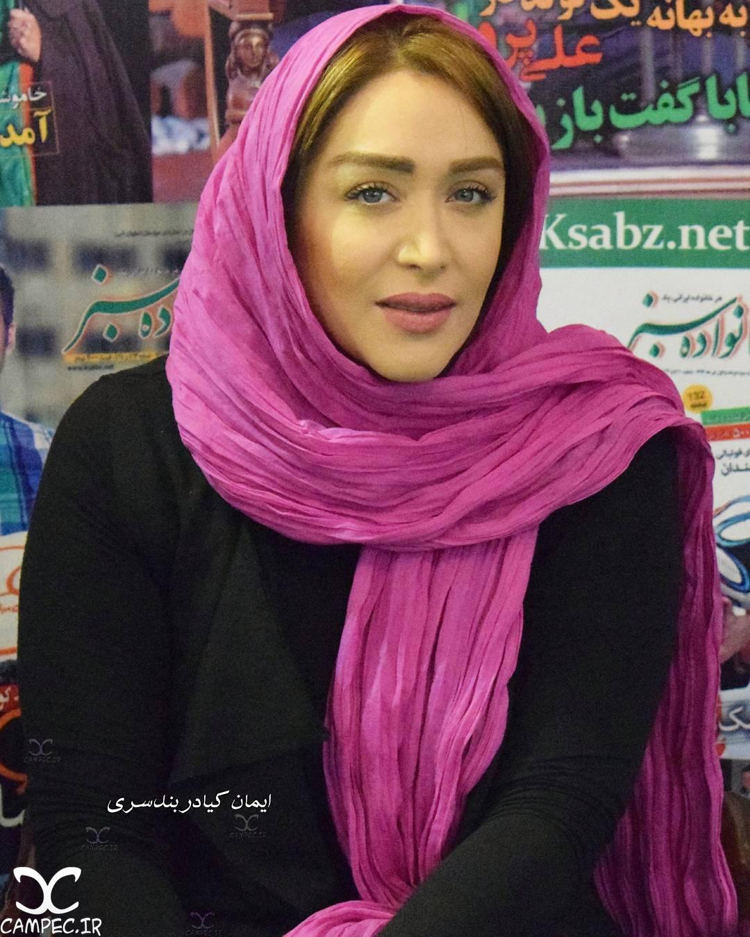 سارا منجزی در نمایشگاه مطبوعات