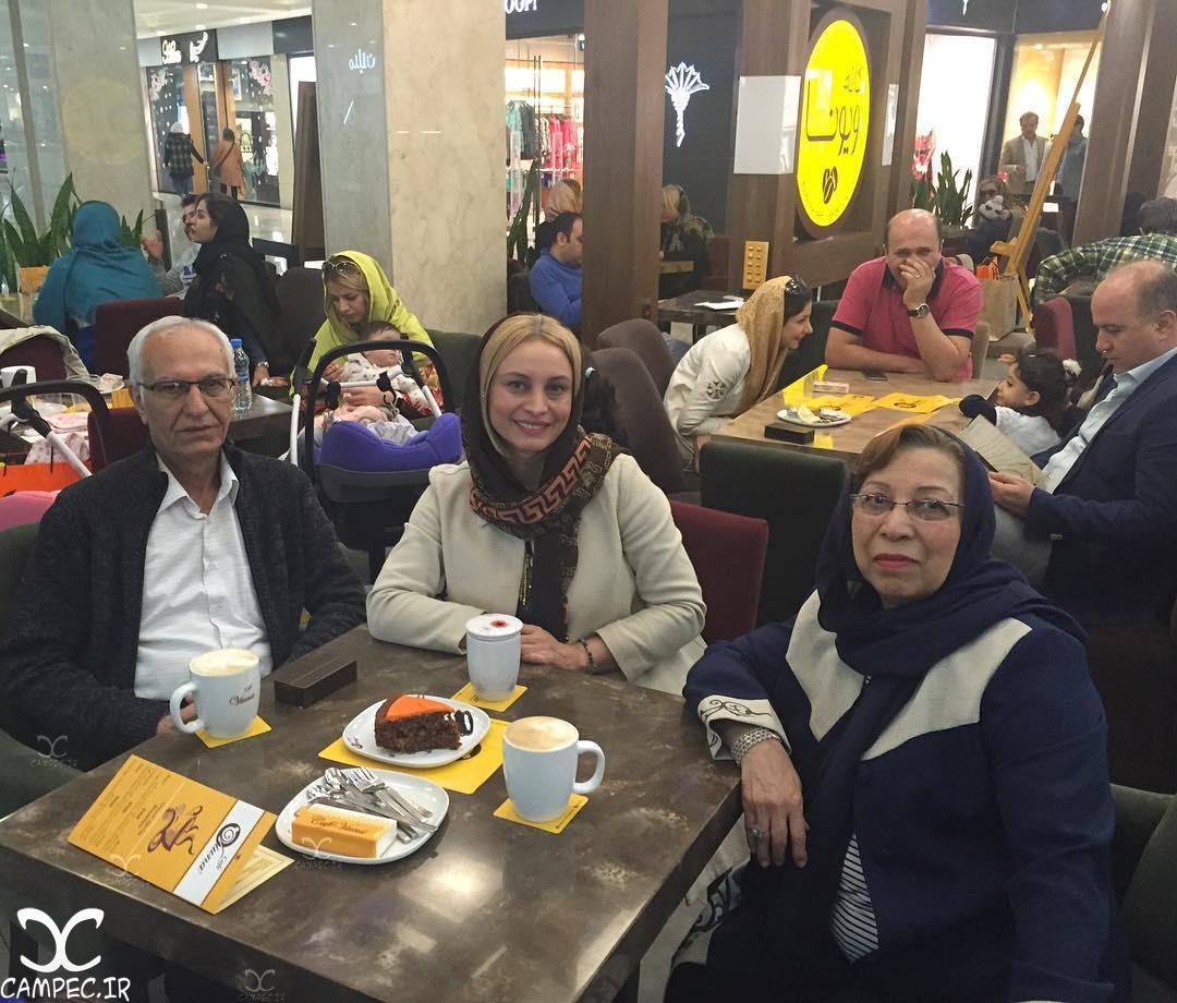 عکس مریم کاویانی در کنار مادر و پدرش