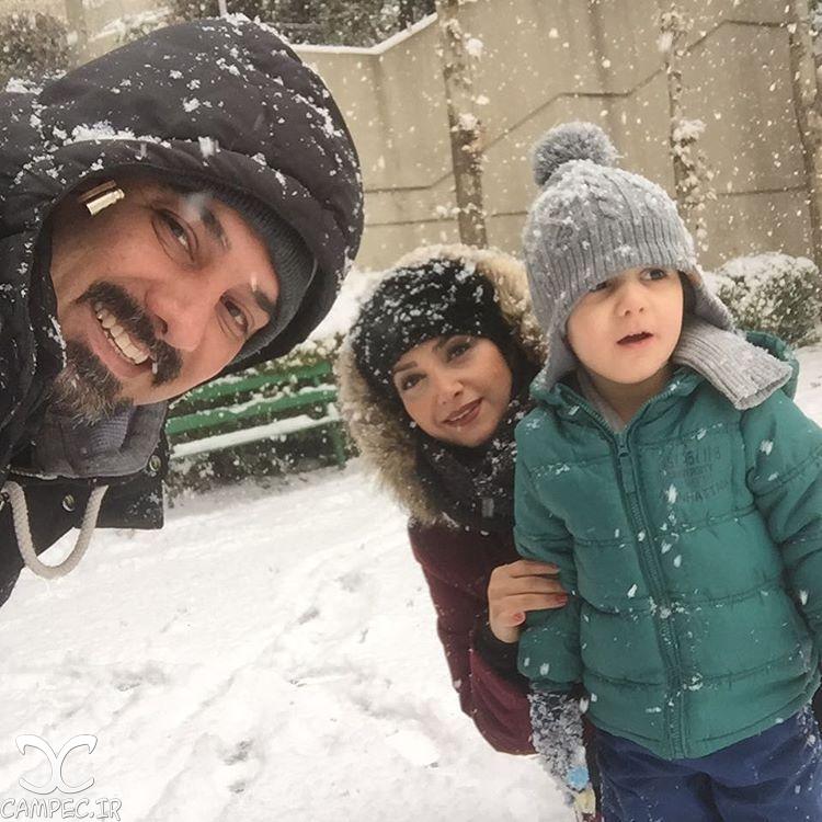 برزو ارجمند با همسر و پسرش در روز برفی