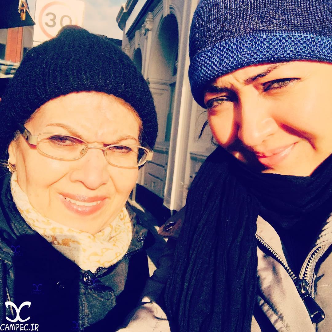 نیکی کریمی با مادرش