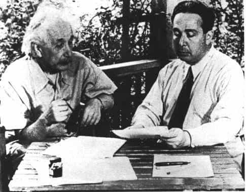 تصویر: بازسازی  امضای نامه مشهور اینشتین و زیلارد (Szilárd) به FDR (رئیس جمهور فرانکلین روزولت) در ۱۹۳۹.