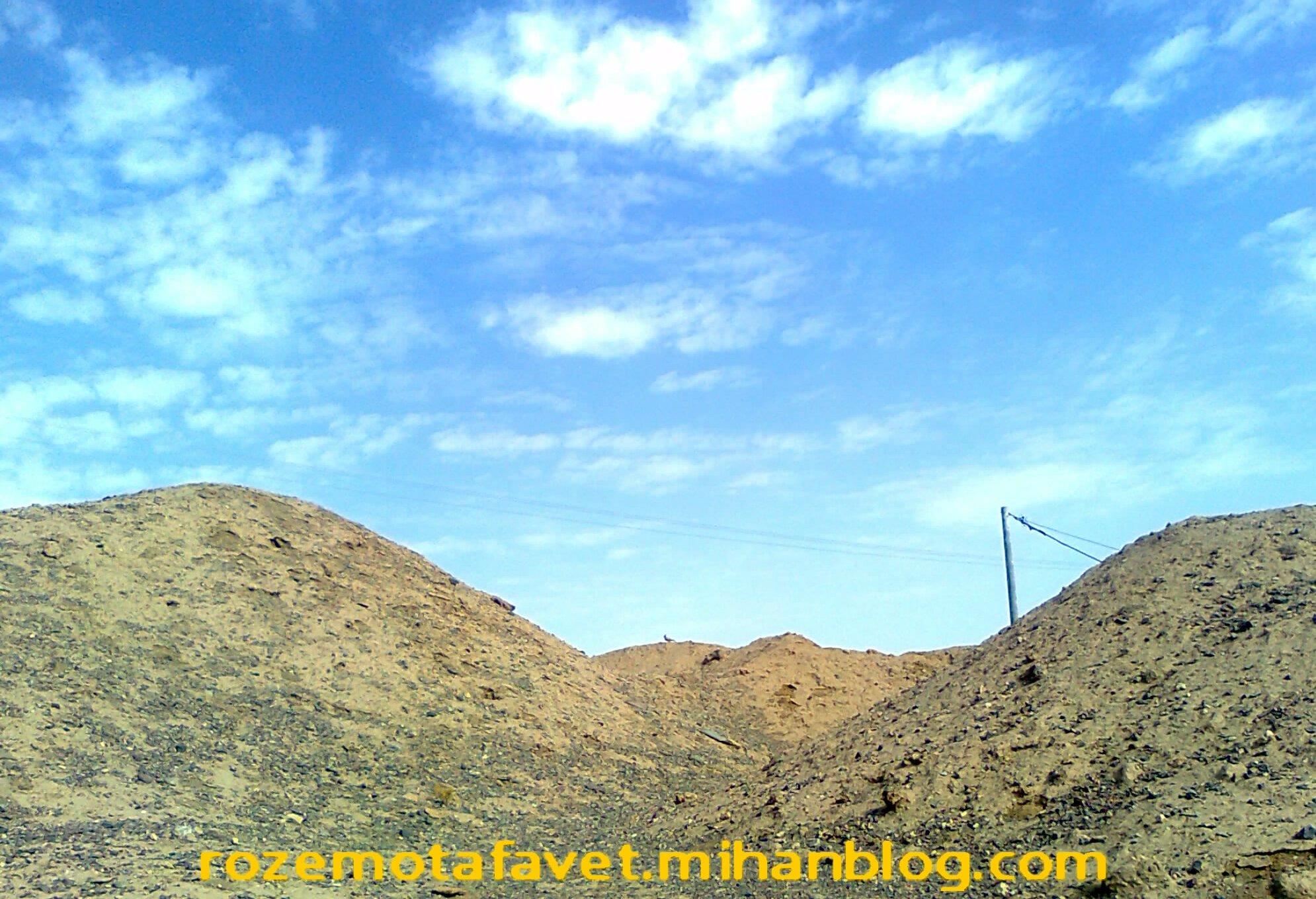 کوه و تپه در بیابان