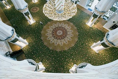 بزرگترین فرش دستباف جهان در مسجدشیخ زاید ابوظبی امارات متحده عربی، بافته شده توسط هنرمندان نیشابور خراسان ایران