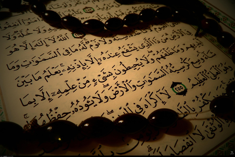 زن مسلمانی که قرآن را روی ابریشم نوشت