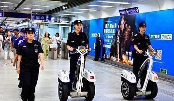 پليس چين در ايستگاه هاي مترو