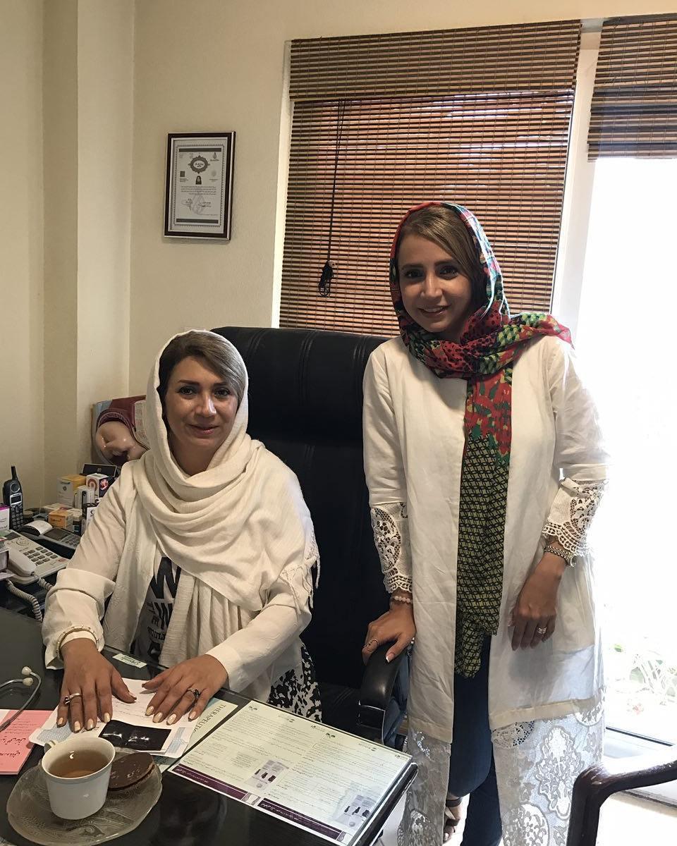 عکس شبنم قلی خانی با خواهرش در مطب خواهرش