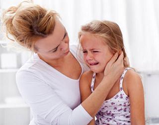 ريختن قطره در گوش کودک | مجله اينترنتي هلو