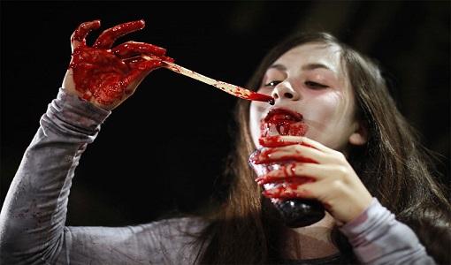 دختری زیبا و شبیه فرشته ها که خون می خورد