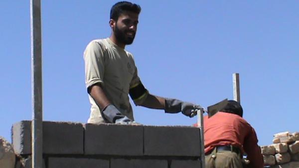 علیرضا دانایی از دانشجویان بسیجی ، در اردوی جهادی ، روستای سیبویه بیضا