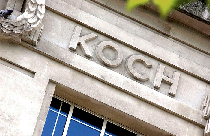 نام رابرت کخ روی کتیبهی افتخارات مدرسهی سلطنتی بهداشت و علوم پزشکی لندن