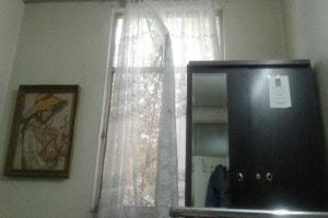 از درون اتاقم به بیرون نگاه میکنم