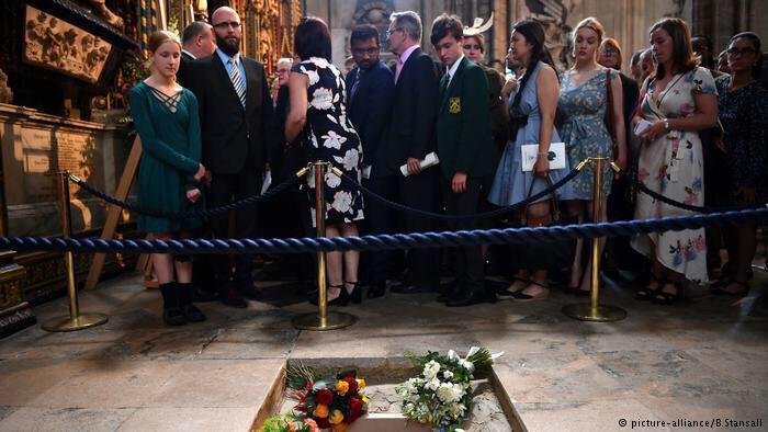 26 - استیون هاوکینگ فیزیک دان مشهور بریتانیایی به خاک سپرده شد .