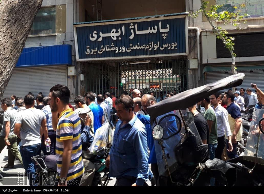 در اعتراض به گرانی و بیثباتی بازار ارز تجمع اعتراضی بازاریان تهران در مقابل مجلس