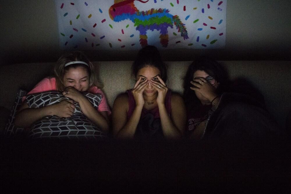 سه دختر در حال ترسیدن