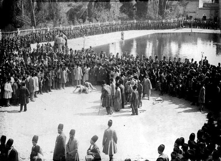 گردهمایی مردم برای تماشاي کشتي پهلواني در دوره ناصرالدین شاه در ميدان ارک تهران