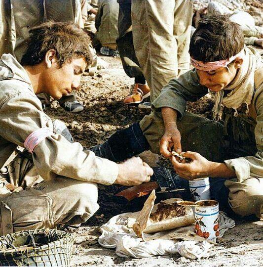 تصویری از رزمندگان و فرزندان ایران در جنگ تحمیلی و روزهای دفاع مقدس