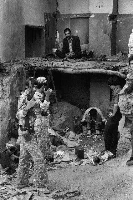 تصویری از دروازه غار در اسفند ماه سال 1357 و معتادان در حال استعمال مواد مخدر
