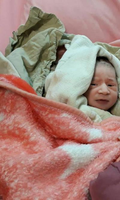 اهدای تندیس روز رشت، هدیه و کیک تولد به نوزاد متولد شده در دقایق آغازین ۱۲ دی «روز رشت»