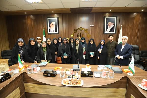 با شماری از دختران برگزیده اتحادیه انجمن های اسلامی مدارس