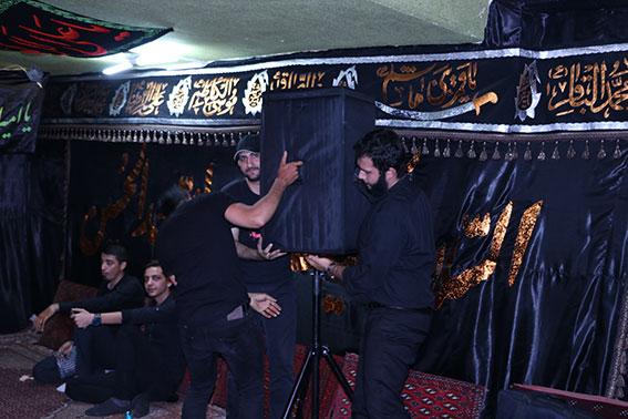 خادمین هیئت زوارالحسین در حال آماده سازی حسینیه شهیددولت آبادی
