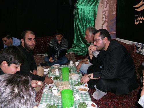 سفره افطار در حسینیه شهید دولت آبادی