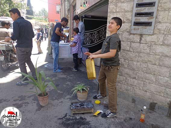 پذیرائی از مردم در ایستگاه صلواتی شهید دولت آبادی به مناسبت جشن نیمه شعبان 93  توسط جوانان هیئت زوارالحسین