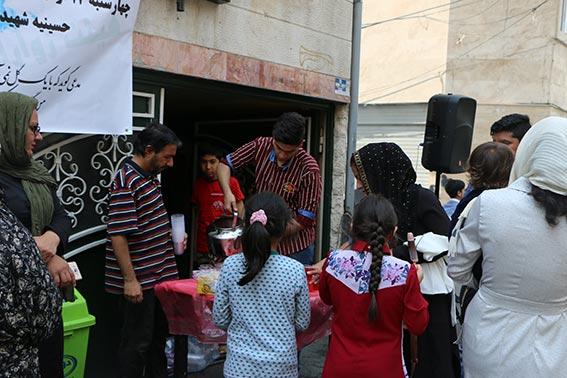 پذیرایی از مردم توسط خادمین هیئت زوارالحسین در ایستگاه صلواتی شهیددولت آبادی ویژه جشن نیمه شعبان1397